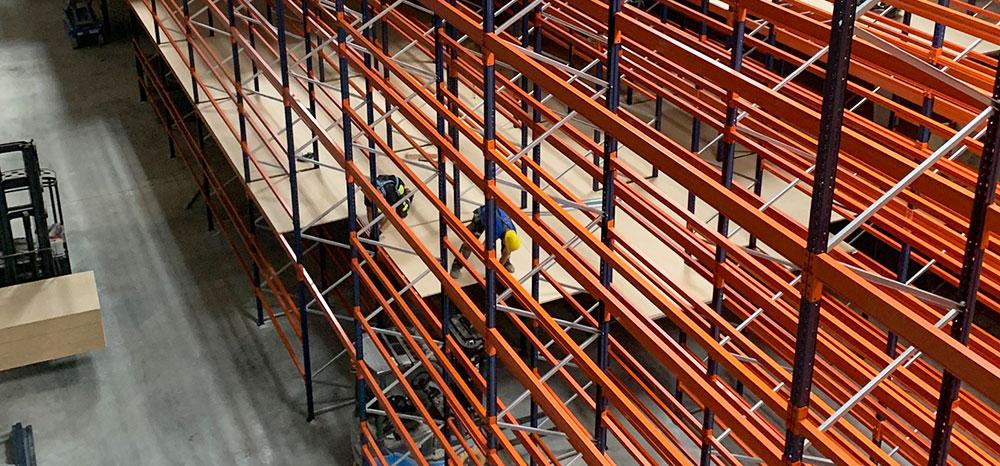 Montage De Plaforme De Stockage à Plusieurs Niveaux En Entrepôt